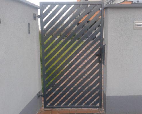 Metalowa furtka zamykana