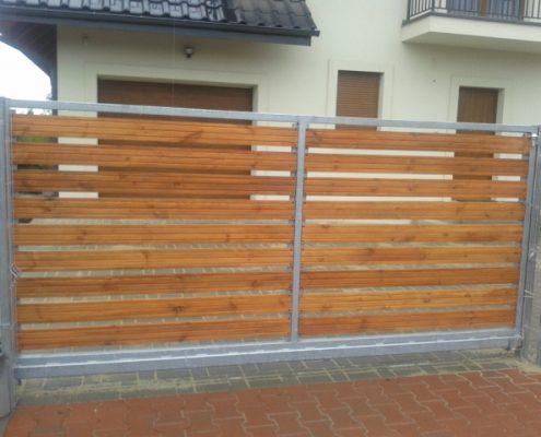 Brama metalowa dekorowana drewnem