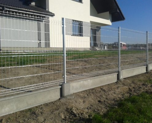 Ogrodzenie metalowe domu po montażu