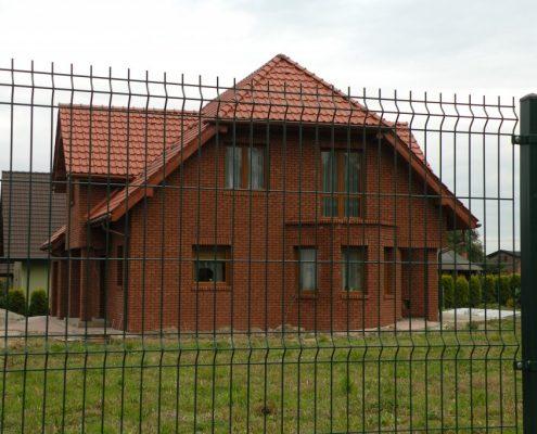 Ogrodzenie metalowe działki z domem jednorodzinnym