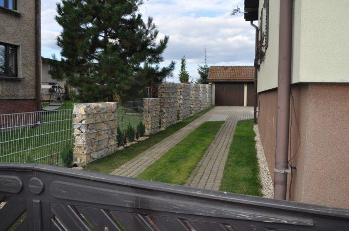 Ściana ogrodzenia z gabionów