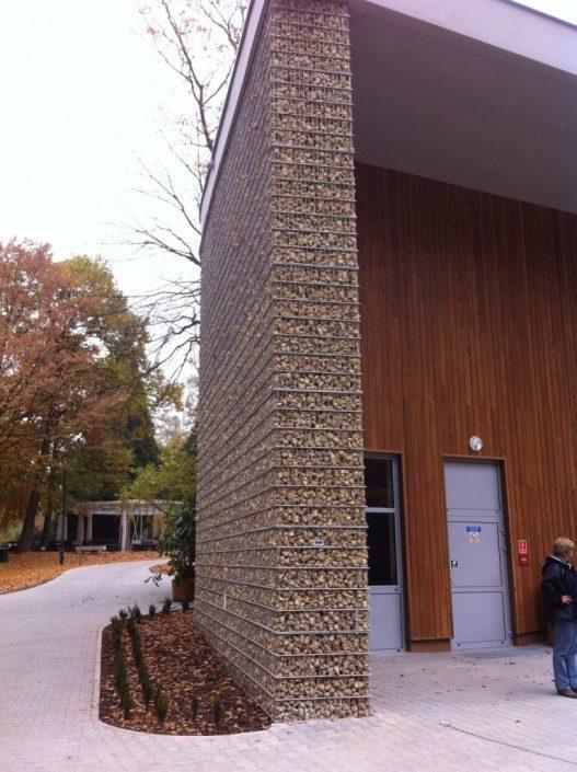 Ściana budynku z gabionu w ZOO