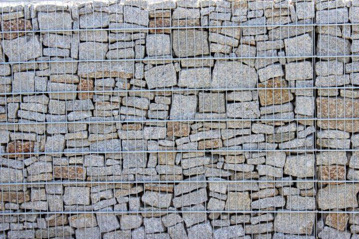 Gabion z kamieniami o regularnych kształtch 2