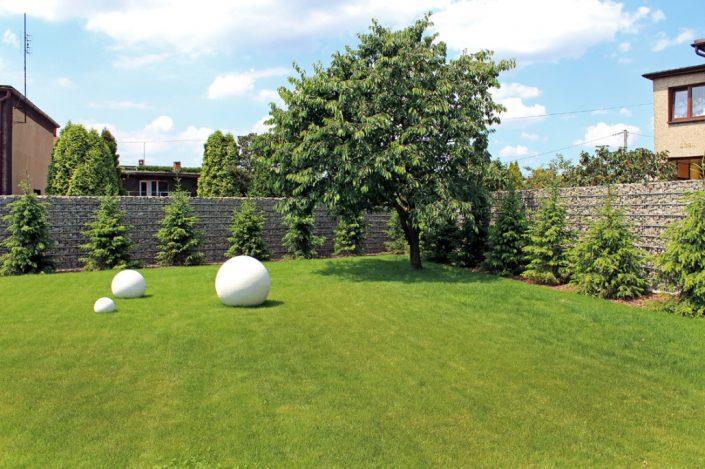 Gabion ogradza pięknie stylizowane podwórko