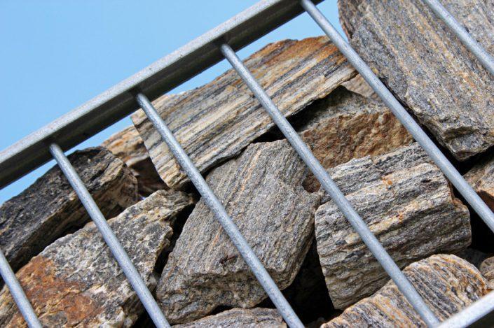 Kamienie w gabionie widok z bliska
