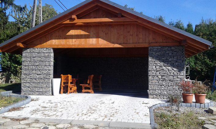 Ściany domku letniego z gabionów indesta