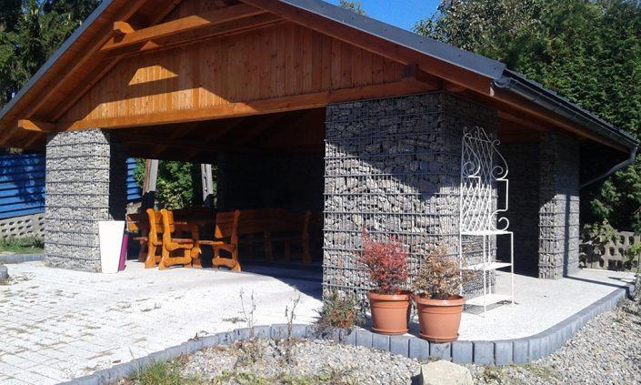 Ściany domku letniego z gabionów indesta 2