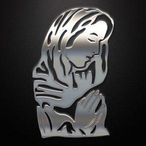Modląca się kobieta wykonana z metalu