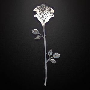 Metalowa róża na czarnym tle