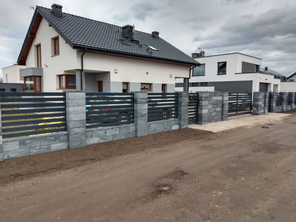 nowoczesne ogrodzenie z kamienia i palisadowe